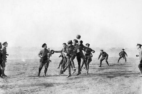 christmas_day_football_wwi_1915.jpg